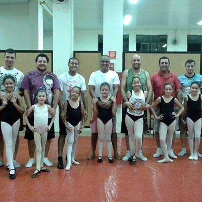 Pais participam de aulas de Ballet com seus filhos